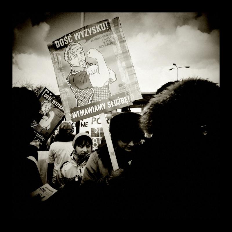 Demonstracja Manifa w 2011, kobiety trzymające transparent: dość wyzysku, wymawiamy służbę