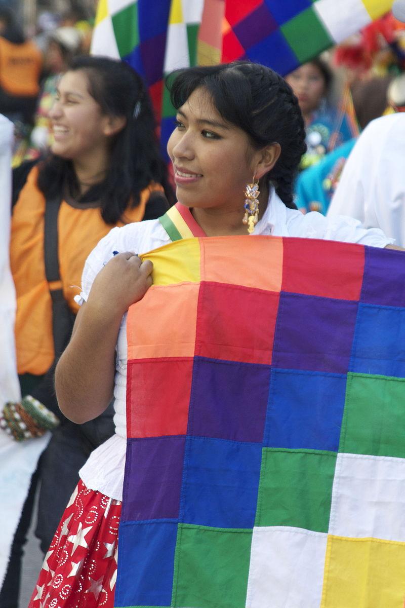 Kobieta trzymającą Wiphale, flagę reprezentującą rdzennych mieszkańców boliwijskiej Amazonii (zdjęcie: commons)